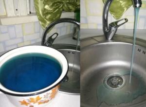 Льющаяся из крана вода синего цвета удивила и напугала новочеркасцев