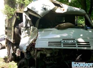 В Новочеркасске водитель КамАЗа, спасая людей, направил машину в дерево