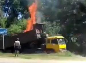 Объятый пламенем грузовик на трассе под Новочеркасском попал на видео