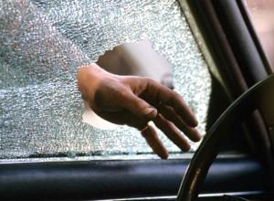 Мужчина дерзко украл крупную сумму из припаркованной машины под Новочеркасском