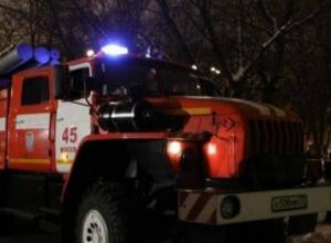 2 пожарные машины и 6 огнеборцев тушили охваченный пламенем дом в Новочеркасске
