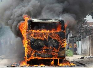 Стоявшие маршрутки охватило пламя на улице Спортивной в Новочеркасске