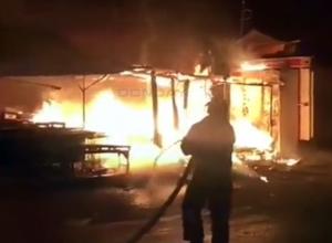 Серьезный пожар на рынке Новочеркасска в микрорайоне Молодежном попал на видео