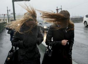 Обрушившийся на Новочеркасск ураганный ветер оставил без электричества более тысячи горожан