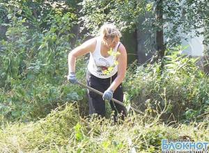 В Новочеркасске горожане провели третий субботник в детском парке