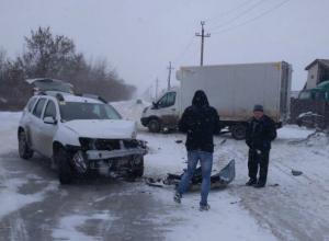 Водитель кроссовера не справился с управлением и врезался  в грузовик под Новочеркасском