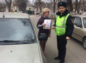 Прекрасных автолюбительниц Новочеркасска с праздником поздравлял «Цветочный патруль»