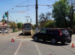 Не поделившие перекресток кроссоверы перекрыли дорогу трамваям в Новочеркасске