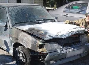 В Новочеркасске таинственный пироман поджег машину возле проходной НЭВЗа