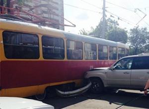 Трамвай снёс бампер внедорожнику возле дома-музея художника Крылова в Новочеркасске