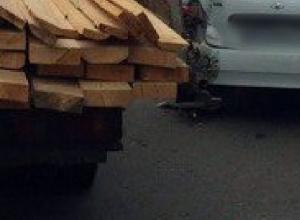 Пропускавшую пешехода в Новочеркасске «Ладу-Калину» на переходе «догнала» «Газель» с досками