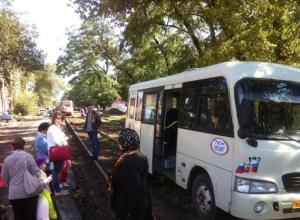 В Новочеркасске трамвай взял на буксир застрявшую на путях маршрутку