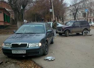 В Новочеркасске «Нива» лишилась кенгурятника, не уступив дорогу на перекрестке