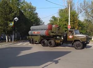 Внушительную военную технику на улицах Новочеркасска сняли на видео восторженные горожане