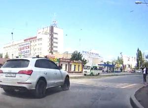Опасный маневр лихача на Audi в Новочеркасске сняли на видео