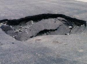 Метровая дыра в асфальте образовалась возле пожарной части в Новочеркасске