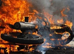 Мотоцикл «Хонда» сгорел после аварии на проспекте Платовском в Новочеркасске