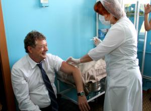 Рабочий визит Киргинцева в больницу Новочеркасска закончился для мэра прививкой