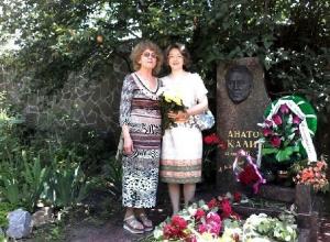 Новочеркасцы в годовщину смерти писателя Анатолия Калинина возложили цветы к его могиле
