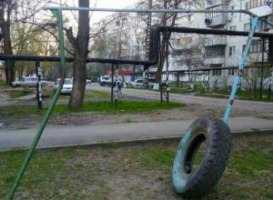 «Веселое» детство на Молодежке: маленькие новочеркасцы катаются на веревках
