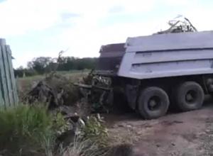 Мусорящий около дома сирот КамАЗ сняли на видео жители Новочеркасска