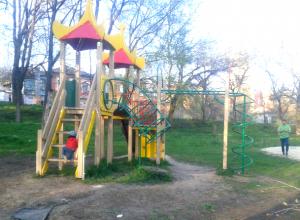«Свинская бомбежка» детской площадки возмутила жителей Новочеркасска