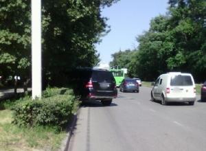 Уходящий от столкновения джип врезался в дерево в Новочеркасске