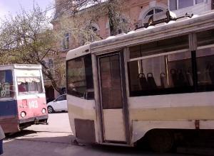 С диким грохотом и скрипом мчит по Новочеркасску  дребезжащий трамвай