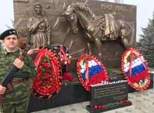 Потрясающий памятник новочеркасским курсантам-защитникам КБР установили в Ново-Ивановском