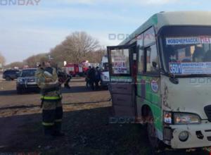 Три человека вывалились из маршрутки в результате ДТП на выезде из Новочеркасска
