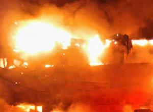 В Новочеркасске, поздней ночью бушующее пламя охватило НЭВЗ