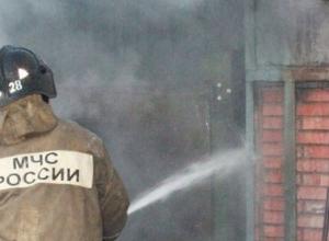 Сильный пожар охватил гараж в новочеркасском микрорайоне Молодежный