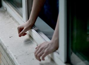 Жительница Новочеркасска вывалилась из окна шестого этажа