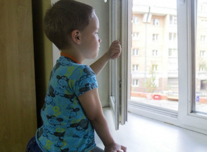 Новочеркасцев предупреждают об опасности падений детей с высоты