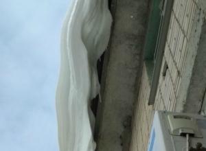 После публикации «Блокнота Новочеркасска» коммунальщики почистили от снега крышу над входом в детскую поликлинику