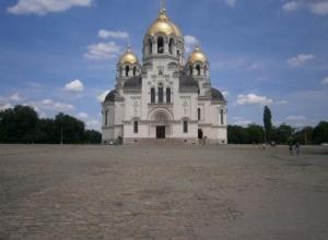 Жители Новочеркасска требуют от Владимира Путина остановить разрушение исторической брусчатки на Соборной площади