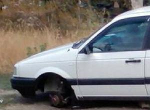 Автоворы «разули» старую иномарку во дворе многоэтажки в Новочеркасске