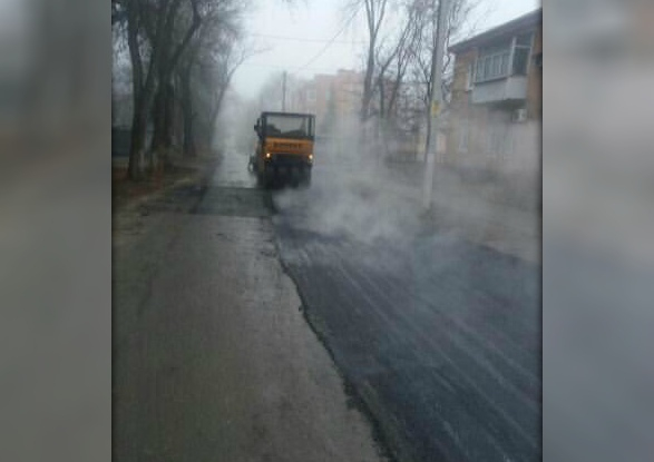 Кладут на дождь: новочеркасцев возмутило асфальтирование дороги