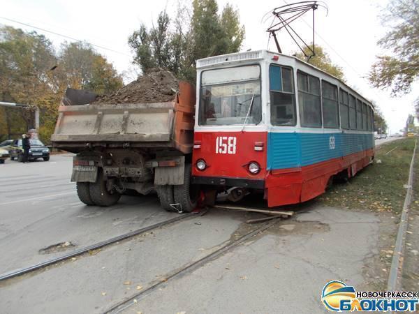 В Новочеркасске груженый КамАЗ протаранил трамвай с пассажирами