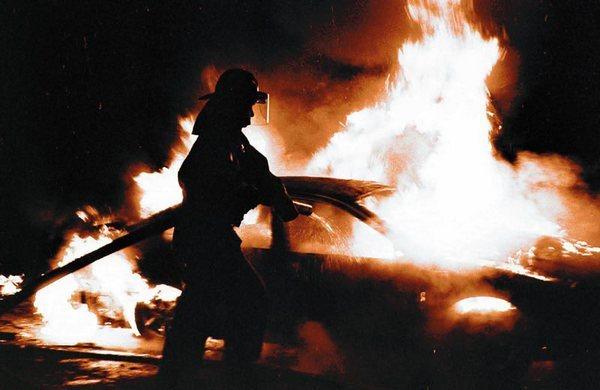 В Новочеркасске психически больная женщина разводила костры в подъездах и сжигала машины