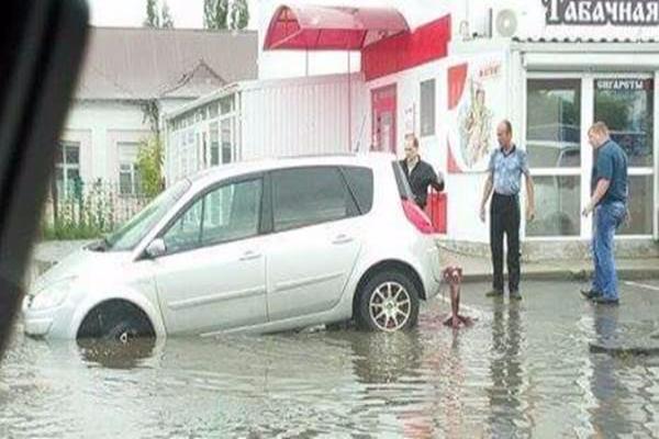 В Новочеркасске в затопленную ливневку за неделю попал третий автомобиль