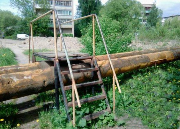 В Новочеркасске погиб пенсионер, оступившись на железном переходе