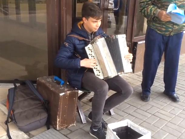 Уличного музыканта в Новочеркасске потрясла игра 18-летнего парня на его баяне