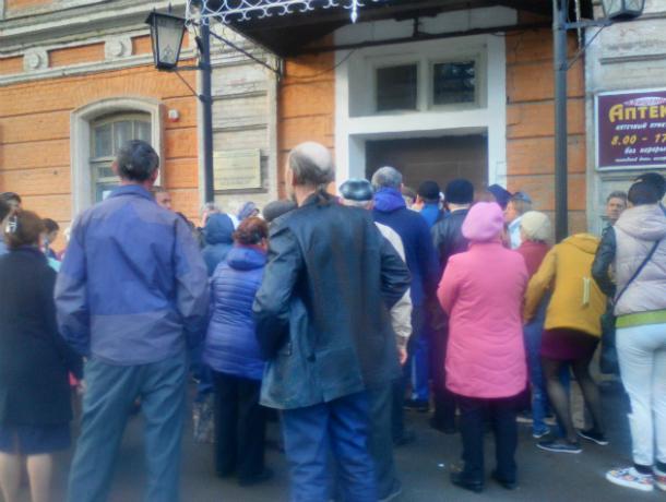 Чтобы попасть на прием к врачу, жители Новочеркасска занимают очередь с 5 утра
