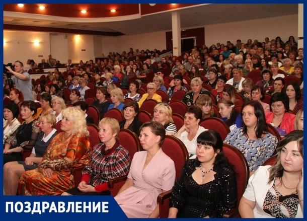 В Новочеркасске с профессиональным праздником поздравили учителей