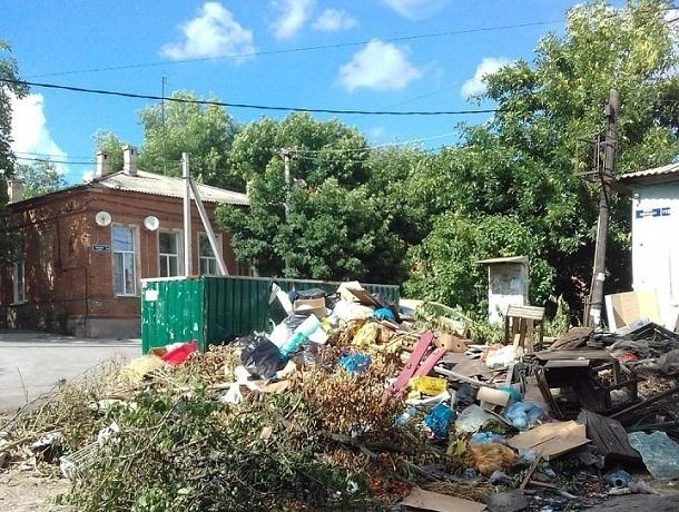 Улица Богдана Хмельницкого в Новочеркасске утопает в мусоре