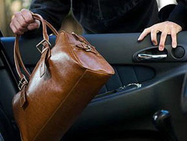 26-летний шахтинец разбил камнем окно в автомобиле и украл сумку с деньгами в Новочеркасске