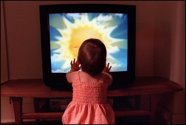 В Новочеркасске двухлетнюю девочку придавило старым телевизором