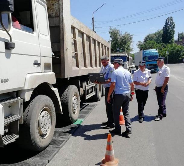 В Новочеркасске грузовой транспорт проверили на перегруз