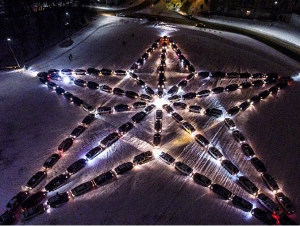Гигантскую пятиконечную звезду из автомобилей построили в Новочеркасске